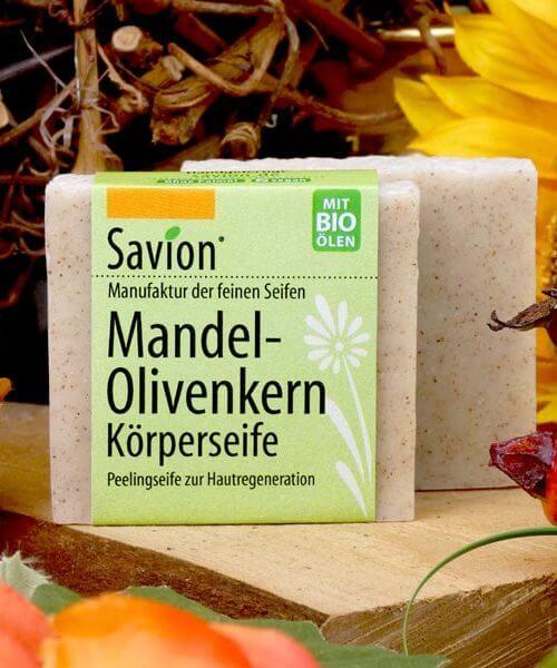 Savion Mandel Olivenkern Peelingseife Olivengranulat auf Holzbrett