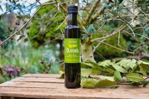 Bio Olivenöl auf Holzkiste aus Koroneiki Oliven