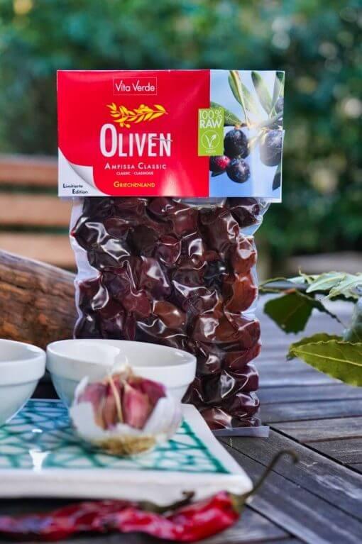 Vita Verde Bio-Oliven Amfissa Classic im Beutel auf Tisch