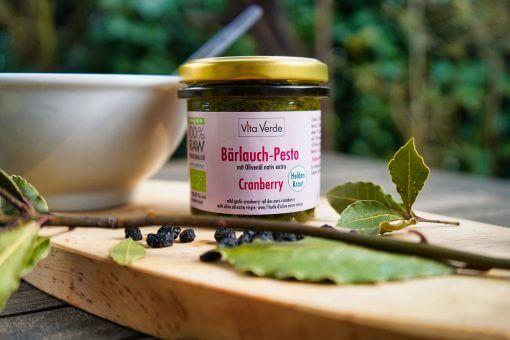 Vita Verde Bio-Bärlauch-Cranberry Pesto auf Holzbrett