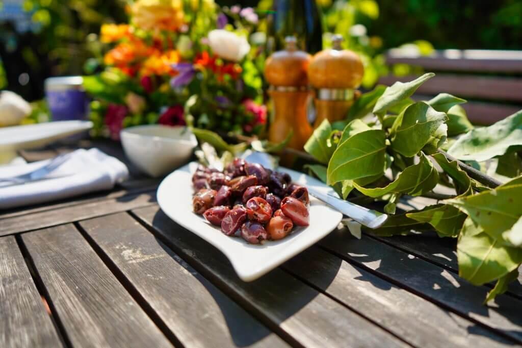 Oliven auf gedecktem Tisch